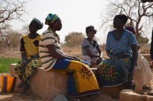Femmes burkinabées se reposant