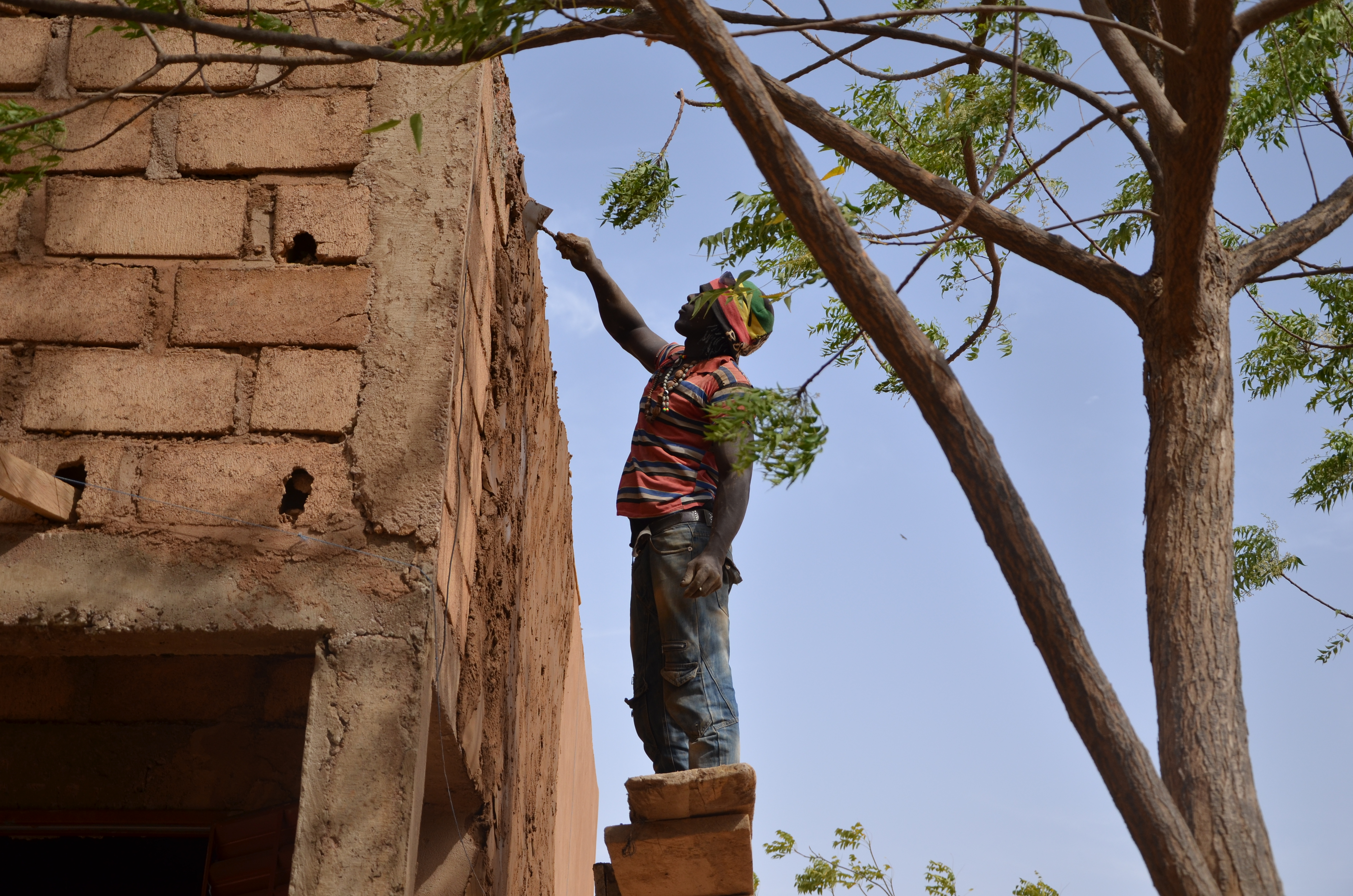 Burkinabé procédant à la rénovation de l'école
