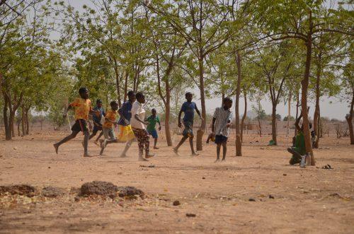 Jeunes burkinabés jouant au foot