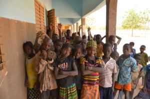 Jeunes burkinabés devant l'école Marie Joachim